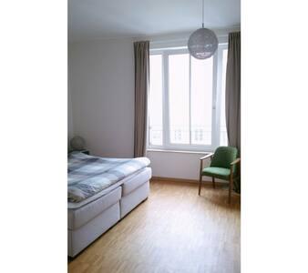 Ensuite · Bathroom inside bedroom - Berlin - Apartment