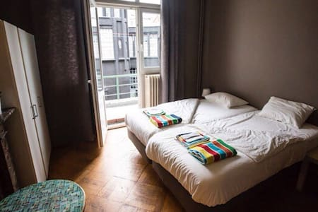 Traveling alone, in couple or in a group? This large flat near Brussel's Midi train station is the right choice!