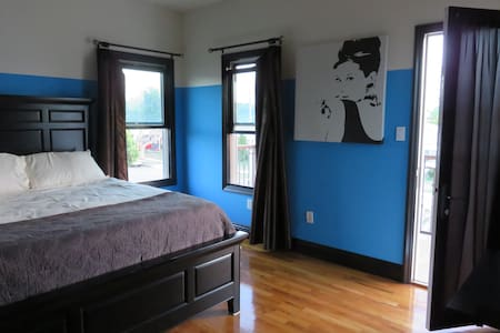 Centrally Located Spacious Bedroom - Del Aire - House