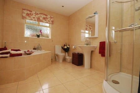 2 large en-suite double bedrooms (price per room) - Bungalow