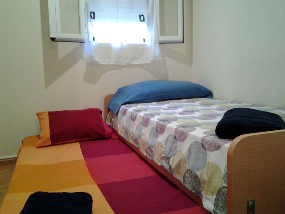 Habitación 1:  cama nido, capacidad para 2 personas.