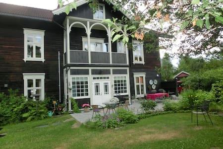 Stor leilighet i gammelt landhandleri - Elverum - Apartment