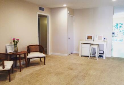 Peaceful + Ideal SoCo Getaway - Austin - Condominium