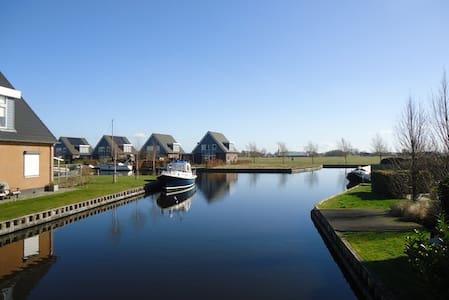 Ruime woning / villa aan het water in Friesland - Ház