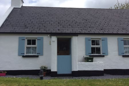 Our small but cosy 3 bed cottage is an ideal base for touring the WEST OF IRELAND 15 minutes from Ennis town, 35 min from SHANNON AIRPORT, THE BURREN, 50min from THE CLIFFS OF MOHER, GALWAY. On route to DOOLIN. Great base for touring. Traditional music in village weekly