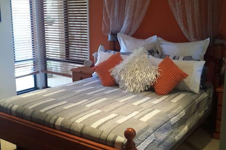 Modern Queensized room and en suite - Dundowran - House