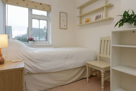 Quiet, single room in Southbourne, with free Wifi - House