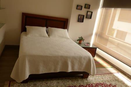 Spacious clean comfortabl room w/en-suite bathroom - Quito - Bed & Breakfast