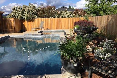 Quiet neighborhood 3 BR w/ pool - Grants Pass - Rumah