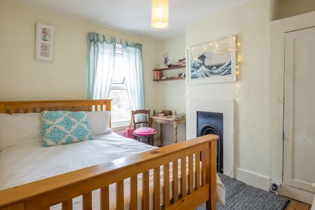 Small sunny room in cosy house - Cambridge - Casa