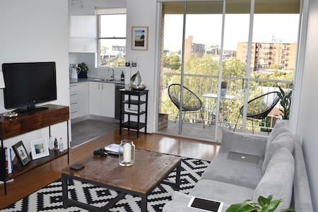 Stylish Sydney Skyscape Apartment - Centennial Park