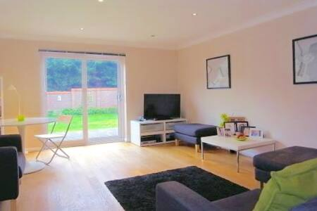 Whole 3 Bed Det in Guildford,quiet and comfortable - Guildford - Huis