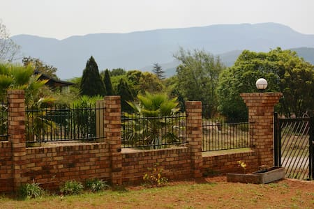 Room in a nice brick house with view on mountains - Casa