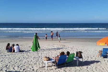 Apto do lado da praia, comércio e alimentação - Pis
