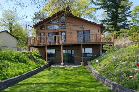 Cozy, 4 bdrm Bungalow On Lake Couchiching - House
