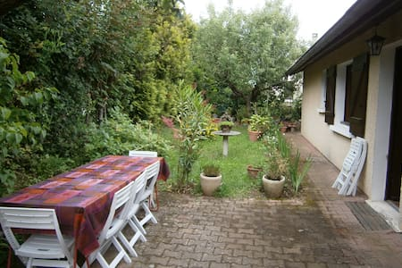 Chambre avec un grand lit, proche de Lyon - Villa