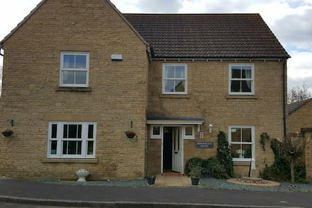 Cotswold Stone 5 bedroom house - Calne