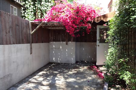 Cozy 2 bdrm Lower Hollywood Hills - Tüm Kat