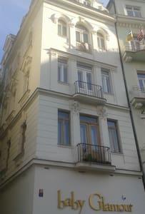 В центре Колоннады Карловых Вар - Karlovy Vary