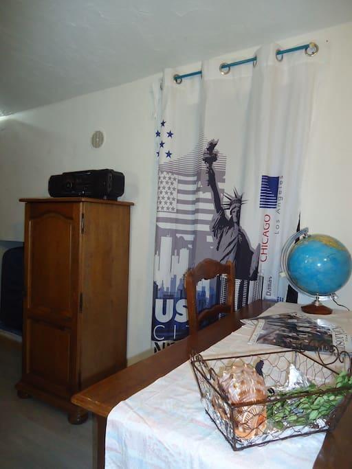 Petite armoire de rangement ,poste radio cassette cd et bureau