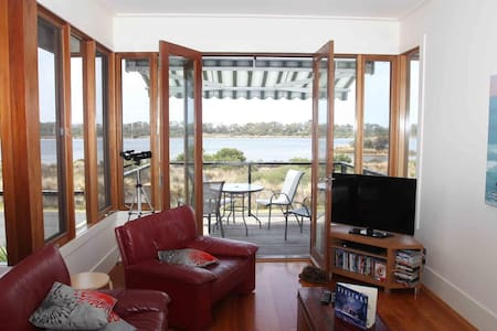Bay Escape - overlooking Swan Bay - Hus