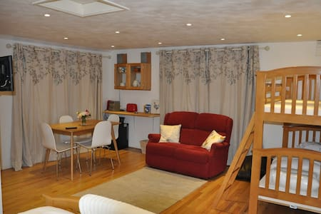 Studio convenient for Stansted Airport - sleeps 4. - Pis