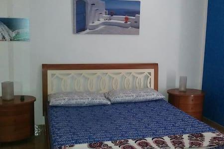 Affitto camera blu in casa privata - Torre Squillace - House