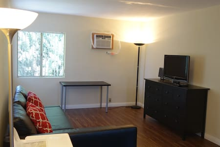 Elevated 2 Bedroom Apartment by Itself - Monterey Park - Διαμέρισμα