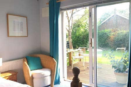 Large double bedroom in a quiet detached house - Hazlemere - Bed & Breakfast
