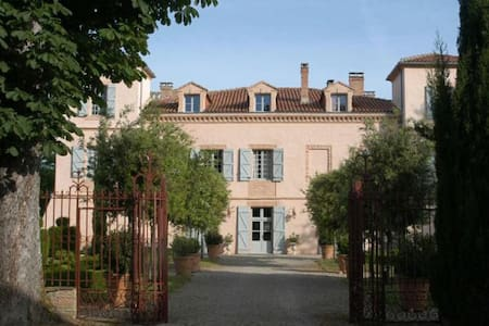 B&B in chic 18th c French Chateau - Bed & Breakfast