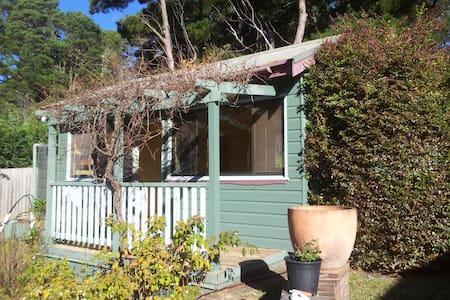 Sunny private garden cabin - Blockhütte