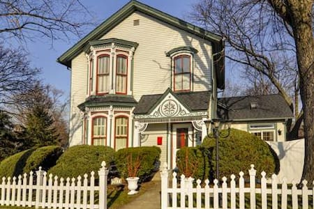 Stay in a Beautiful Historic 1864 Victorian - West Chicago - House