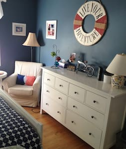 Sunny two bedroom, private bath near everything - West Hartford - House