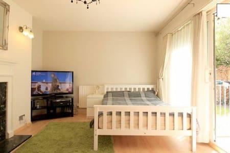 Cosy room with balcony - Londres - Apartamento