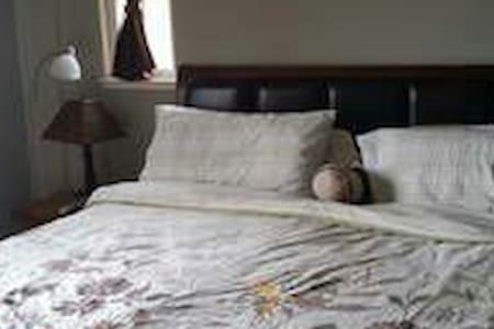 Master bedroom w/ private bathroom. - Richmond - Casa