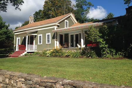 Lake George, NY - 1804 Farmhouse and Bunkhouse! - Bolton - Huis