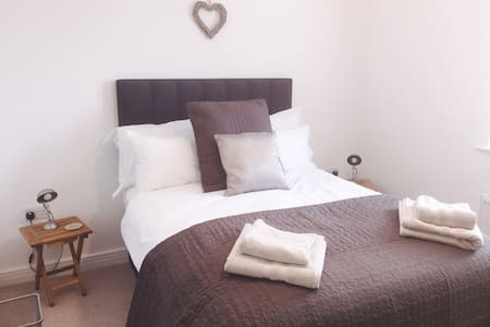 Private room in 2 bedroom home - Easingwold - House