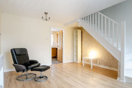 Comfortable 2 bed house close to Cardiff - Beddau - Hus