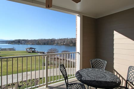 The Lakefront Condo - 117 1 Bedroom condo with Lake View - Huddleston