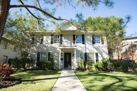 Newly Remodeled Home/Duplex Near Downtown/Galleria - Bellaire - Bed & Breakfast