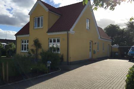 Stor lys villa ved Odense Fjord - Odense - Casa