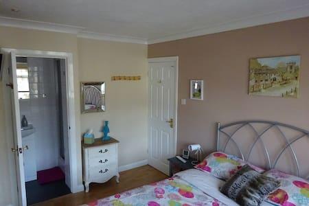Double bedroom with en suite, Camberley, Surrey - Dom