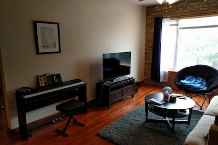 Spacious private room and bath in Humboldt Park - Apartment