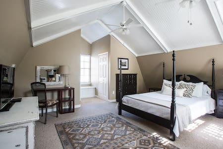 NEW Newly renovated 2-story apartment - Metairie - Ház