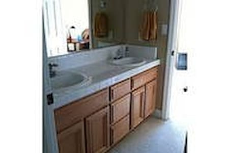 Room in newer home with Private Bath near LLNL - Casa