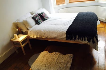 Cosy double bedroom near town ! - Casa