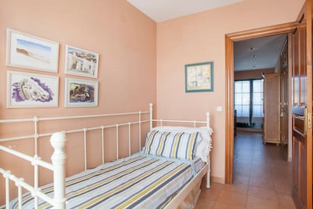 Bright single room with balcony and bathroom - L'Eliana - Lomamökki
