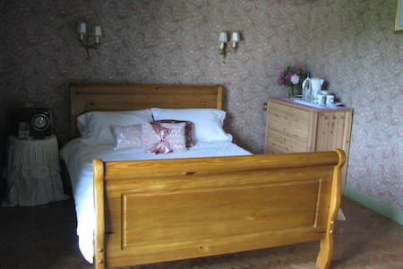 Spacious Bedroom with garden view - Bed & Breakfast