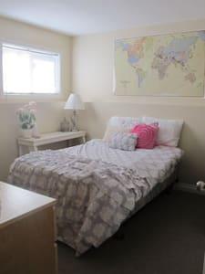 Sunny Room Rental North Lethbridge (Single Bed) - Hus
