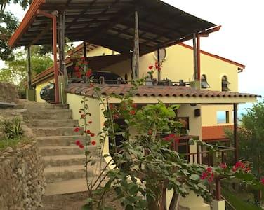 Villa Fauna Vegan B&B Azul Suite - San Mateo - Bed & Breakfast